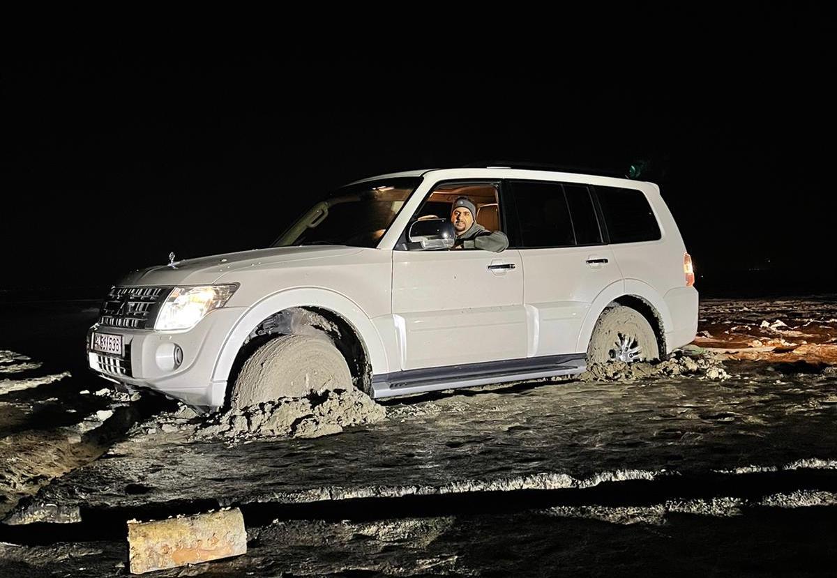 فريق عون قطر يخرج سيارتين عالقتين في سبخة زكريت